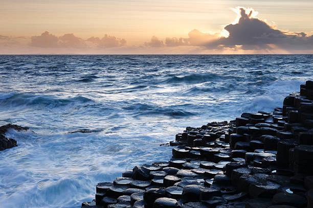 United Kingdom, Northern Ireland, County Antrim, View of causeway coast at dusk:スマホ壁紙(壁紙.com)