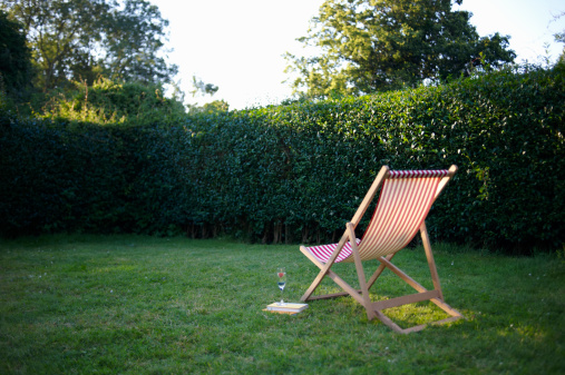 Hedge「Deck chair and drink in garden.」:スマホ壁紙(5)