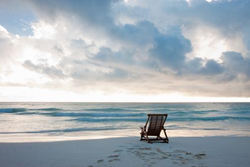 Horizon「Deck chair on sandy beach at water's edge」:スマホ壁紙(1)