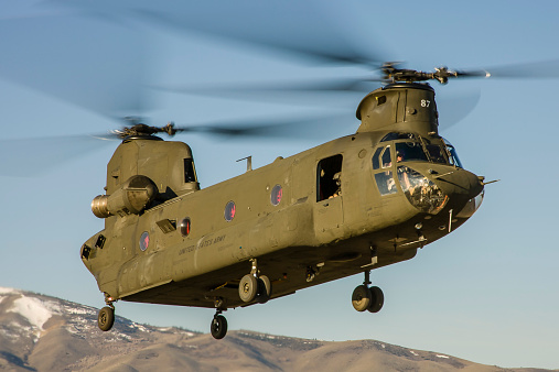 CH-47 Chinook「A Nevada National Guard CH-47 Chinook helicopter takes off from Reno, Nevada.」:スマホ壁紙(14)