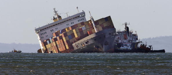Container Ship「Beached Cargo Ship Raises Pollution Fears Off The Devon Coast」:写真・画像(7)[壁紙.com]
