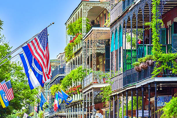 The wrought iron lace of a french Quarter Balcony:スマホ壁紙(壁紙.com)