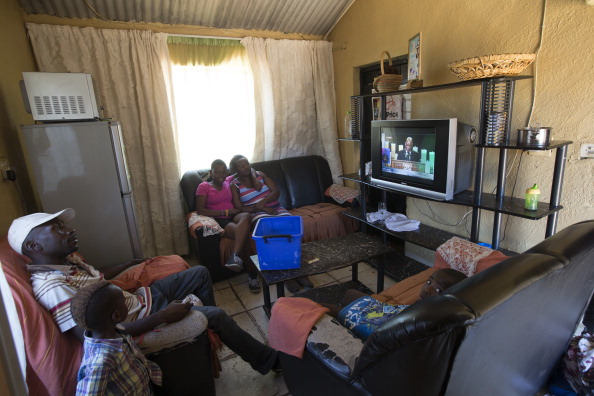 Watching TV「The Funeral Of Former South African President Nelson Mandela Is Held At His Tribal Home」:写真・画像(16)[壁紙.com]