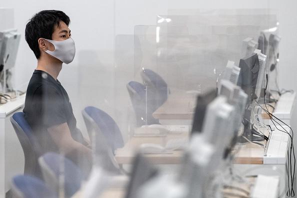 Human Head「Kyoto's Doshisha University Adapts To Hold Face-To-Face Lessons During Coronavirus Pandemic」:写真・画像(8)[壁紙.com]