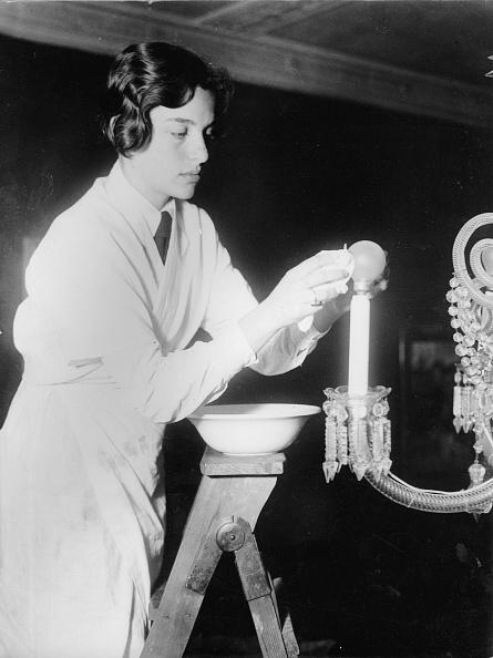 Light Bulb「Girl cleans bulbs. Photograph. Around 1935.」:写真・画像(9)[壁紙.com]
