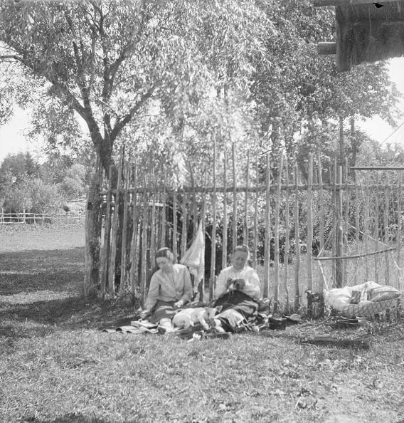 Hammock「Two Women Sitting On Picnic Rug」:写真・画像(11)[壁紙.com]