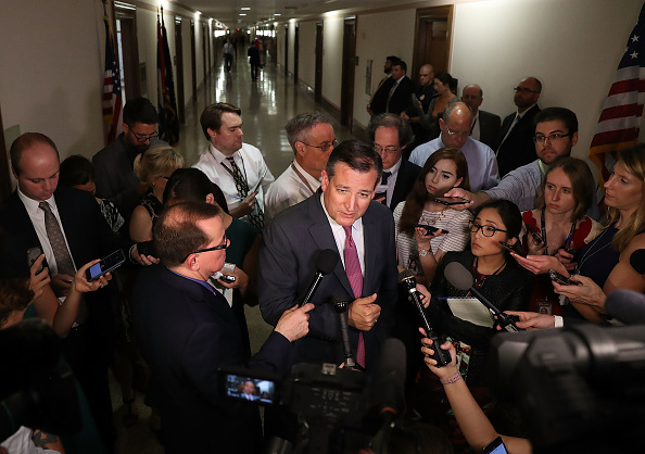 Politician「Mike Pence Meets With Senate Health Care Bill Holdouts On Capitol Hil1」:写真・画像(6)[壁紙.com]