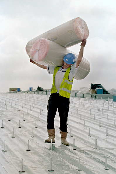 Balance「Worker carrying large rolls of insulation on roof top, United Kingdom.」:写真・画像(14)[壁紙.com]