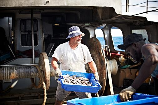 雪「Worker carrying fish crate on trawler」:スマホ壁紙(14)
