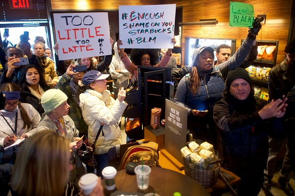 Mark Makela「Philadelphia Police Arrest Of Two Black Men In Starbucks, Prompts Apology From Company's CEO」:写真・画像(3)[壁紙.com]