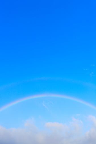 虹「Rainbow appears over cloud at blue sky.」:スマホ壁紙(17)