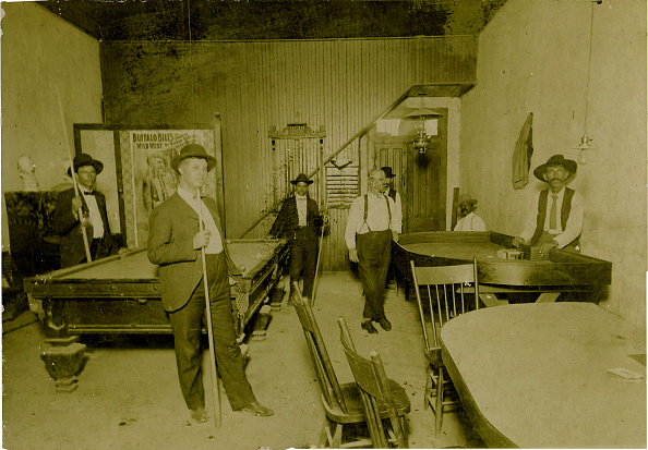 Saloon「Saloon, Gambling Hall, & Poster Of Buffalo Bill, 1915」:写真・画像(3)[壁紙.com]