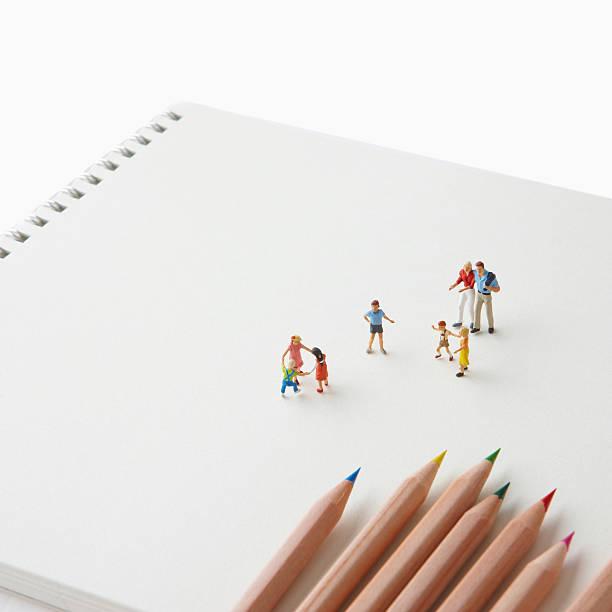 People are on the sketchbook.:スマホ壁紙(壁紙.com)