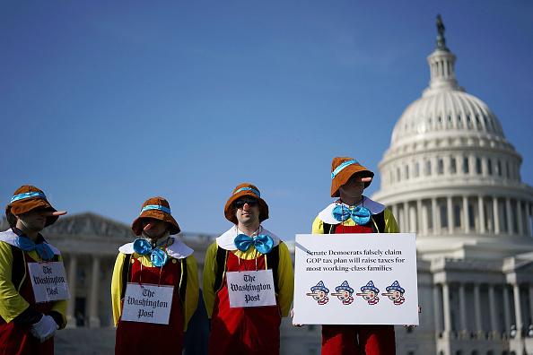 Chip Somodevilla「Congressional Democrats Speak At Rally Protesting GOP Tax Bill On Capitol Hill」:写真・画像(17)[壁紙.com]