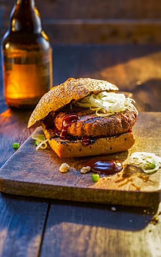 Burger「Burger on wooden board next to beer bottle」:スマホ壁紙(11)