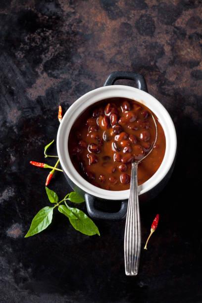 Tureen of black bean soup with chili pepper:スマホ壁紙(壁紙.com)