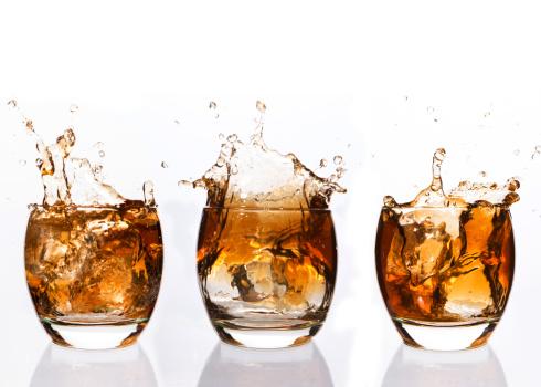 氷「Serial arrangement of whiskey splashing in tumbler」:スマホ壁紙(9)