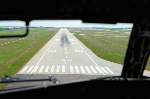 Approaching「Cockpit View of Landing Airliner」:スマホ壁紙(14)
