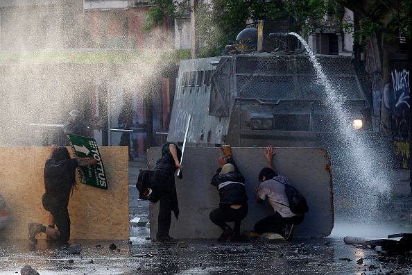 Chile「Protests Continue In Chile After President Piñera Declares State of Emergency And Suspends Subway Fare Hike」:写真・画像(14)[壁紙.com]