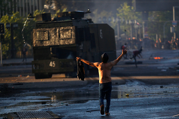 Chile「Protests Continue In Chile After President Piñera Declares State of Emergency And Suspends Subway Fare Hike」:写真・画像(7)[壁紙.com]