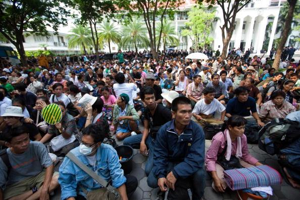 Surrendering「Bangkok Curfews Extended As Government Regains Control Of City」:写真・画像(14)[壁紙.com]