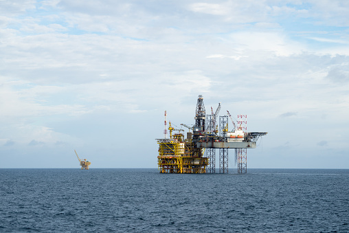 Oil Industry「Drilling operation between Jack up and Oil processing platform at sea」:スマホ壁紙(9)