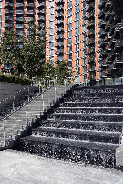 造園「Water feature landscaped into steps near apartments, East India, East London, UK」:写真・画像(18)[壁紙.com]