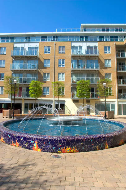 Water feature in a courtyard surrounded by new apartments:ニュース(壁紙.com)