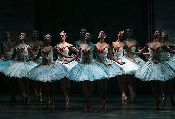 Ballet Dancer「Swan Lake At The Edinburgh International Festival」:写真・画像(1)[壁紙.com]