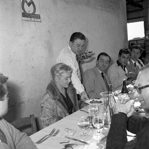 Fork「Jean Marais, Maria Schell, Luchino Visconti and other people during a lunch break while shooting the movie 'Le notti Bianche', Cinecittà Studios 1957」:写真・画像(13)[壁紙.com]