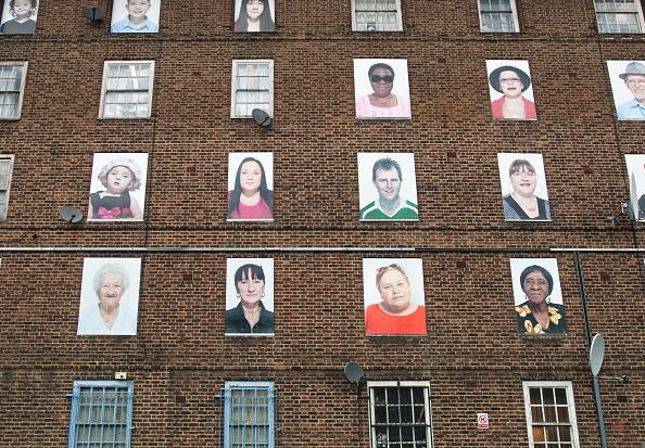Hackney「Artwork covering windows of dis-used flats, Hackney, East London, UK」:写真・画像(8)[壁紙.com]