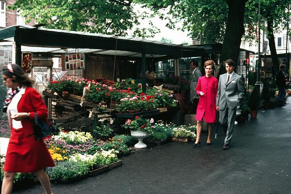 Netherlands「A Couple Walk Through Flower Market」:写真・画像(12)[壁紙.com]