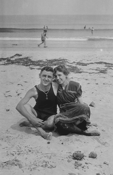 水着「Young Couple On Beach」:写真・画像(13)[壁紙.com]