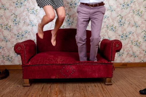カップル「若いカップルに飛びついオールドスクールのソファー」:スマホ壁紙(10)