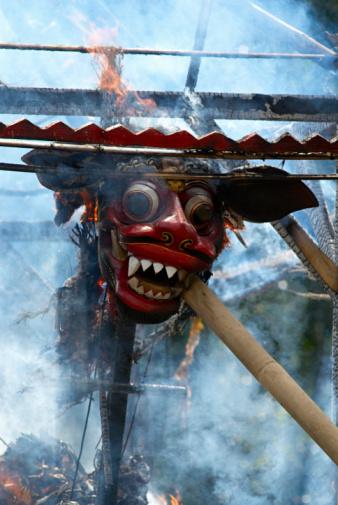 Cremation「Indonesia, Bali, Ubud, Model dragon burning at cremation ceremony」:スマホ壁紙(11)