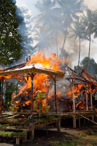 Cremation「Indonesia, Bali, Ubud, Wooden hut burning at cremation ceremony」:スマホ壁紙(15)