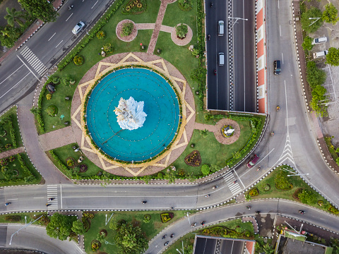 Balinese Culture「Indonesia, Bali, Denpasar, Aerial view of Patung Dewa Ruci statue at crossroads with tunnel」:スマホ壁紙(12)