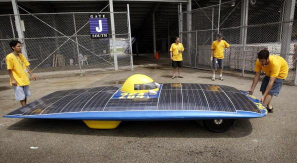 University of California「Teams Prepare Cars For Solar Race」:写真・画像(15)[壁紙.com]