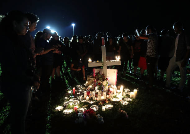Memorial Vigil「Florida Town Of Parkland In Mourning, After Shooting At Marjory Stoneman Douglas High School Kills 17」:写真・画像(1)[壁紙.com]