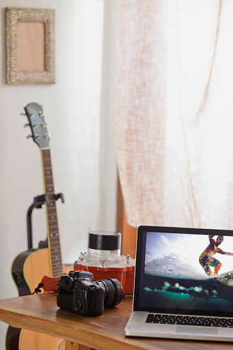 楽器「Camera and photography of surfer on laptop display」:スマホ壁紙(2)