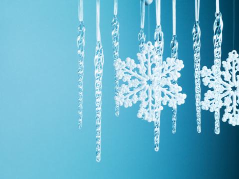 雪の結晶「スノーフレーククリスマスのオーナメントと氷柱から垂れ下がる紐」:スマホ壁紙(16)