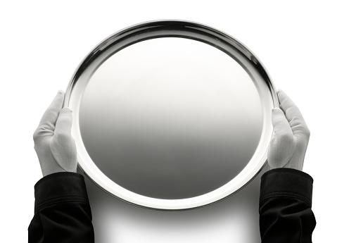 盆「バトラー持つ空の銀盆」:スマホ壁紙(8)