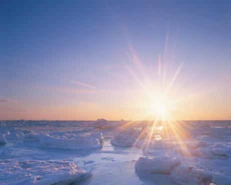 流氷「Drift Ice and the Morning Sun Over the Ocean. Hokkaido, Japan」:スマホ壁紙(19)