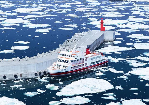 Drift ice and ice breaking ship:スマホ壁紙(壁紙.com)