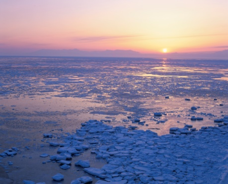 流氷「Drift Ice and the Shiretoko Mountain Range at Sunrise. Hokkaido, Japan」:スマホ壁紙(18)