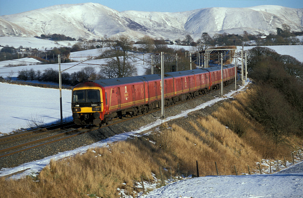 Finance and Economy「A Class 325 with a Royal Mail train speeds through the winter landscape at Docker in Cumbria. February 2003」:写真・画像(5)[壁紙.com]