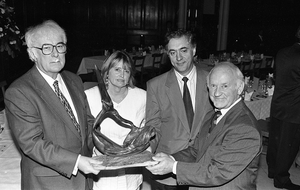 Trinity College - Dublin「Nobel Laureate Seamus Heaney presented with a Sculpture in Trinity College 1996」:写真・画像(6)[壁紙.com]