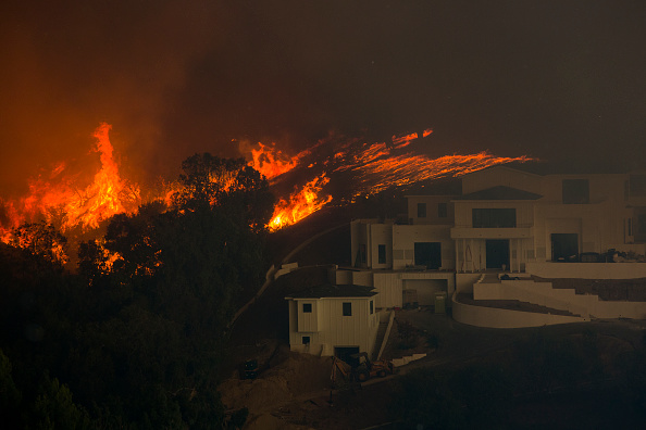 Moving Toward「Fast-Spreading Hill and Woolsey Fires Force Evacuations In California's Ventura County」:写真・画像(6)[壁紙.com]