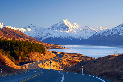 National Park「Winding road leading to Mount Cook Village, Canterbury, South Island, New Zealand」:スマホ壁紙(3)