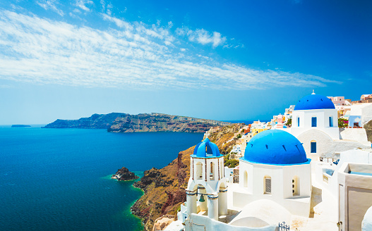 Travel Destinations「White church in Oia town on Santorini island in Greece」:スマホ壁紙(9)